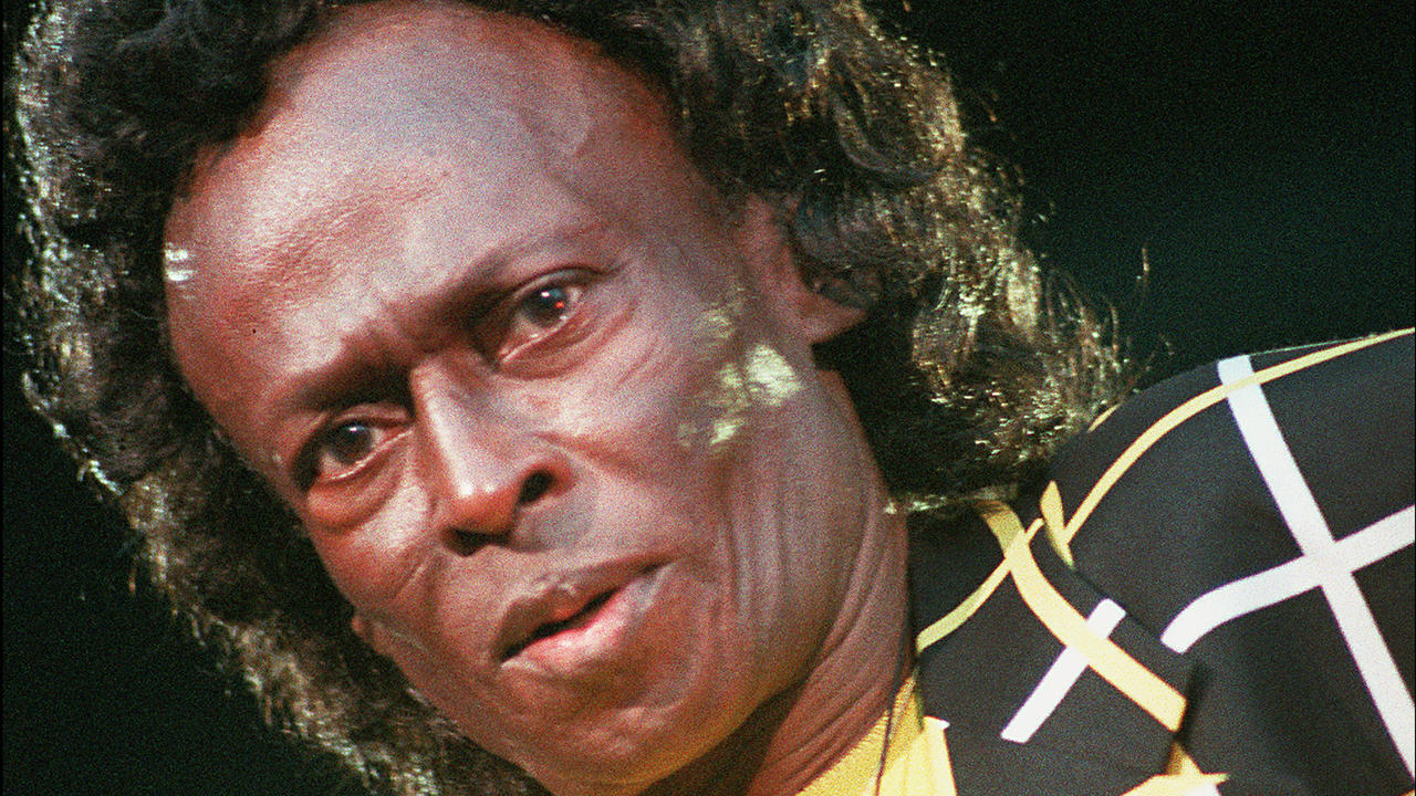 Portrait of US jazz trumpet player Miles Davis taken 06 July 1991 in Paris. Portrait du trompettiste de jazz Miles Davis pris lors d'un concert le 06 juillet 1991 à la Halle de la Villette à Paris. (Photo credit should read PATRICK HERTZOG/AFP/GettyImages)